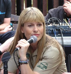 terri-irwin-reflection-at-local-beerwah-event