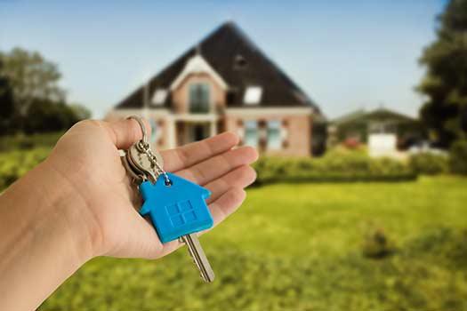 Hand-Holding-House-Keys
